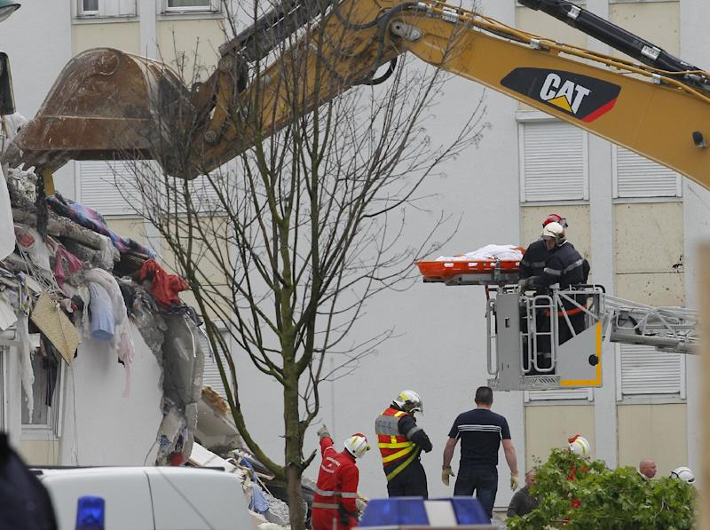 "French firemen carry the body of an unidentified victim from a building hit by an explosion that caused the collapse of its inside floors, in Reims, eastern France, Sunday, April 28, 2013. Five people was killed and ten others injured, according to firefighters, and Reims mayor Adeline Hazan said it awas ""a very powerful explosion"" and the blast had the earmarks of a possible domestic gas explosion. (AP Photo/Jacques Brinon)"