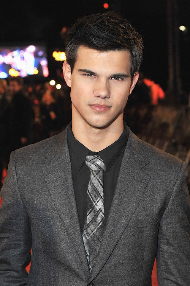 "<a href=""http://movies.yahoo.com/movie/contributor/1808598632"">Taylor Lautner</a> attends the <a href=""http://movies.yahoo.com/movie/1810055802/info"">The Twilight Saga: New Moon</a> fan event in London - 11/11/2009"