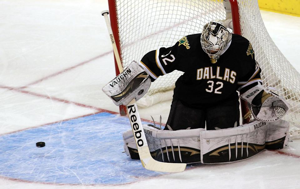 DALLAS, TX - FEBRUARY 29: Kari Lehtonen #32 of the Dallas Stars makes a save against the Pittsburgh Penguins at American Airlines Center on February 29, 2012 in Dallas, Texas. (Photo by Ronald Martinez/Getty Images)