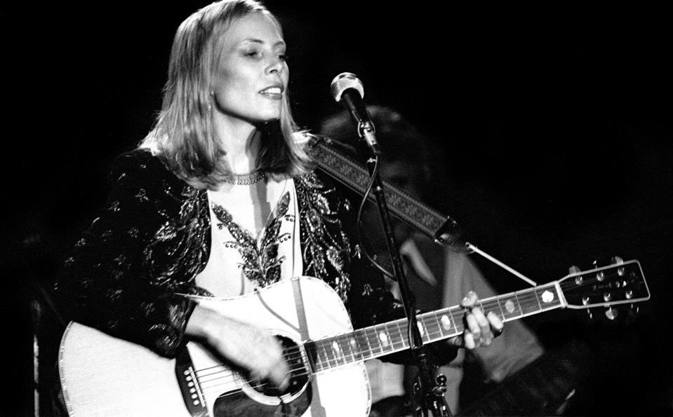 BOSTON, MA- DECEMBER 1976:  Joni Mitchell performs at The Boston Music Hall December 19, 1976 in Boston MA.  (Photo by Ron Pownall/Getty Images)