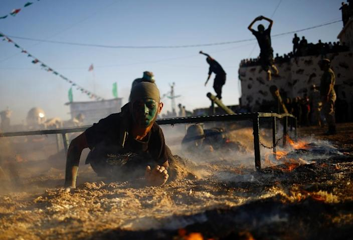 Palestinian youth show their skills during a graduation ceremony as part of a military-style summer camp organised by Hamas in Gaza City, on July 22, 2016 (AFP Photo/Mohammed Abed)