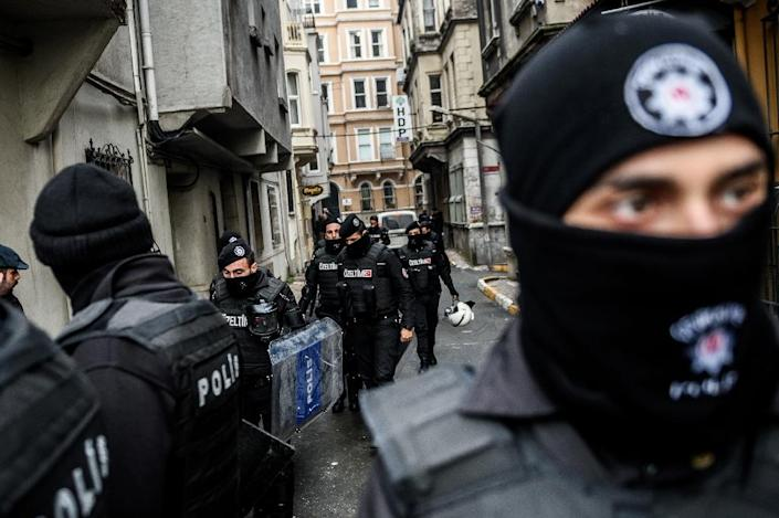 Turkish riot police block the street as anti-terrorist officers search offices of the pro-Kurdish Peoples' Democratic Party (HDP) in Istanbul on January 8, 2016 (AFP Photo/Ozan Kose)