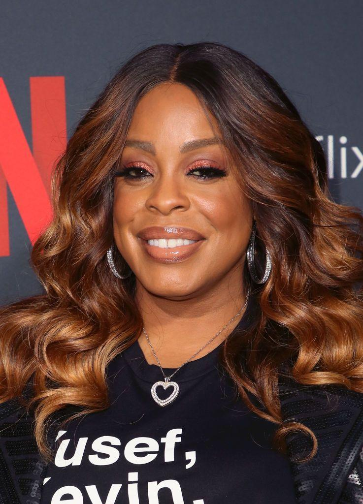 <p>Mocha and chestnut are a perfectly paired combo. Actress <strong>Niecy Nash</strong> channels a bit of an ombré effect with highlights that beautifully frame the face.</p>