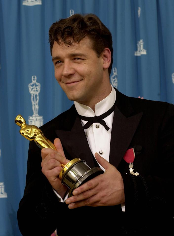 386900 163: Actor Russell Crowe poses for photographers during the 73rd Annual Academy Awards March 25, 2001 at the Shrine Auditorium in Los Angeles. Crowe is wearing an Armani suit. (Photo by Getty Images)