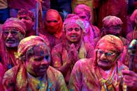 <p>Como cada primavera en la India se ha celebrado Holi, el popular festival hindú que se caracteriza por el color y la alegría. (Photo by Avishek Das/SOPA Images/LightRocket via Getty Images)</p>