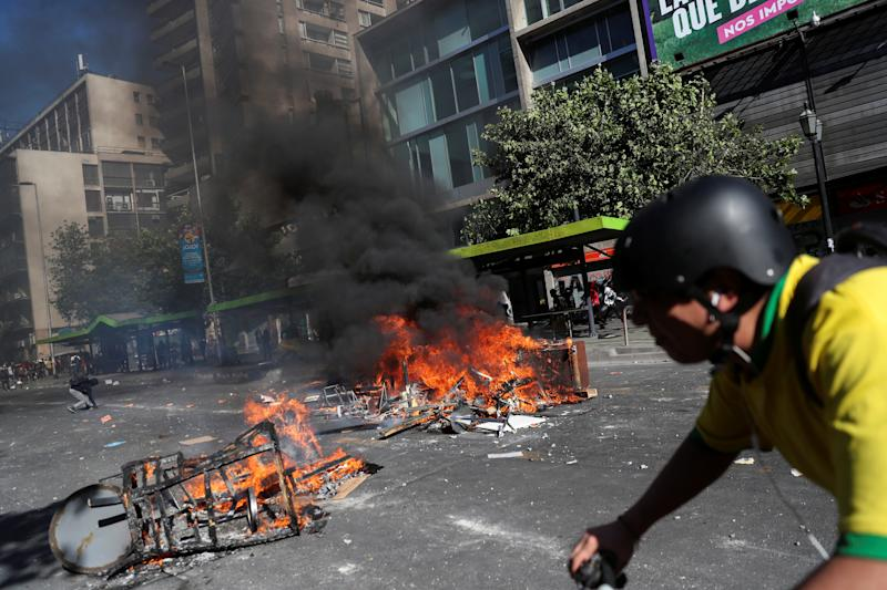 A barricade is seen burning during an anti-government protests in Santiago, Chile on Oct. 28, 2019. (Photo: Edgard Garrido/Reuters)