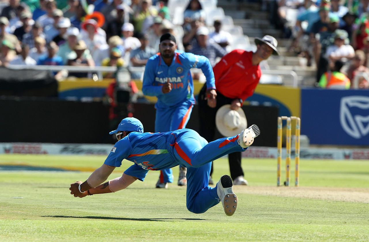 CAPE TOWN, SOUTH AFRICA - JANUARY 18:  Virat Kohli catches the ball to dismiss Graeme Smith during the 3rd One Day International match between South Africa and India from Sahara Park Newlands on January 18, 2011 in Cape Town, South Africa. (Photo by Luke Walker / Gallo Images/Getty Images)