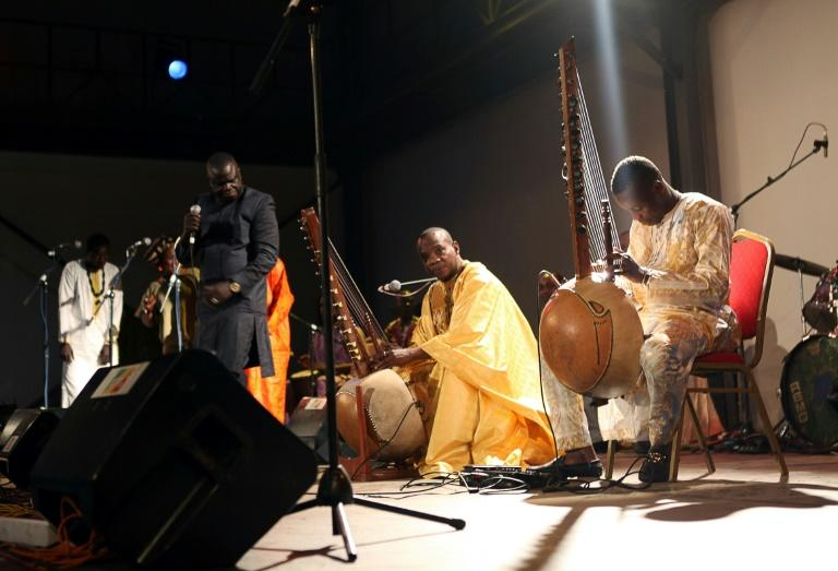 Malian kora players with an instrument similar the one played by Sissoko