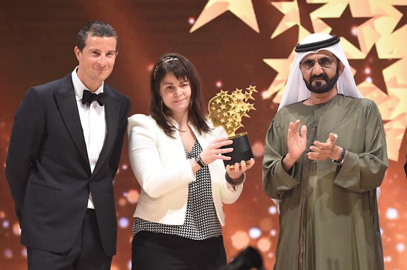 Maggie MacDonnell with United Arab Emirates Vice President, Sheikh Mohammad Bin Rashid Al Maktoum, and Bear Grylls - who delivered the trophy via helicopter: Varkey Foundation