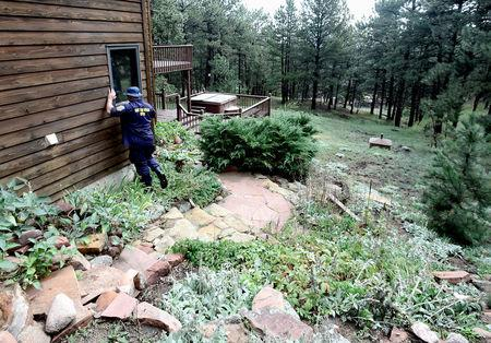 FILE PHOTO: Members of the Federal Emergency Management Agency (FEMA) Urban Search and Rescue team inspect homes and offer assistance, at Lee Hill Drive in Boulder, Colorado, U.S., September 16, 2013.  REUTERS/Mark Leffingwell/File Photo