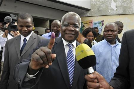 Mozambique's opposition RENAMO Presidential candidate Afonso Dhlakama shows an ink dyed finger after voting in the country's Presidential, Parliamentary and Provincial Elections in Maputo