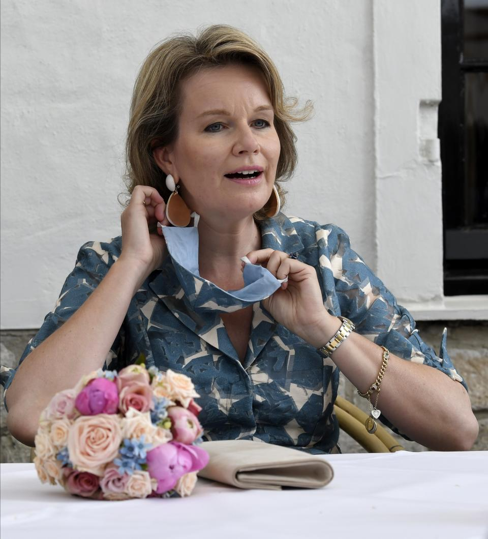 BRUGGE, BELGIUM - JUNE 16 : Mathilde Queen of Belgium vistis a cafe and removes protective mask. Pictured on June 16, 2020 in Brugge, Belgium, 16/06/2020 ( Photo by Philip Reynaers / Photonews via Getty Images)