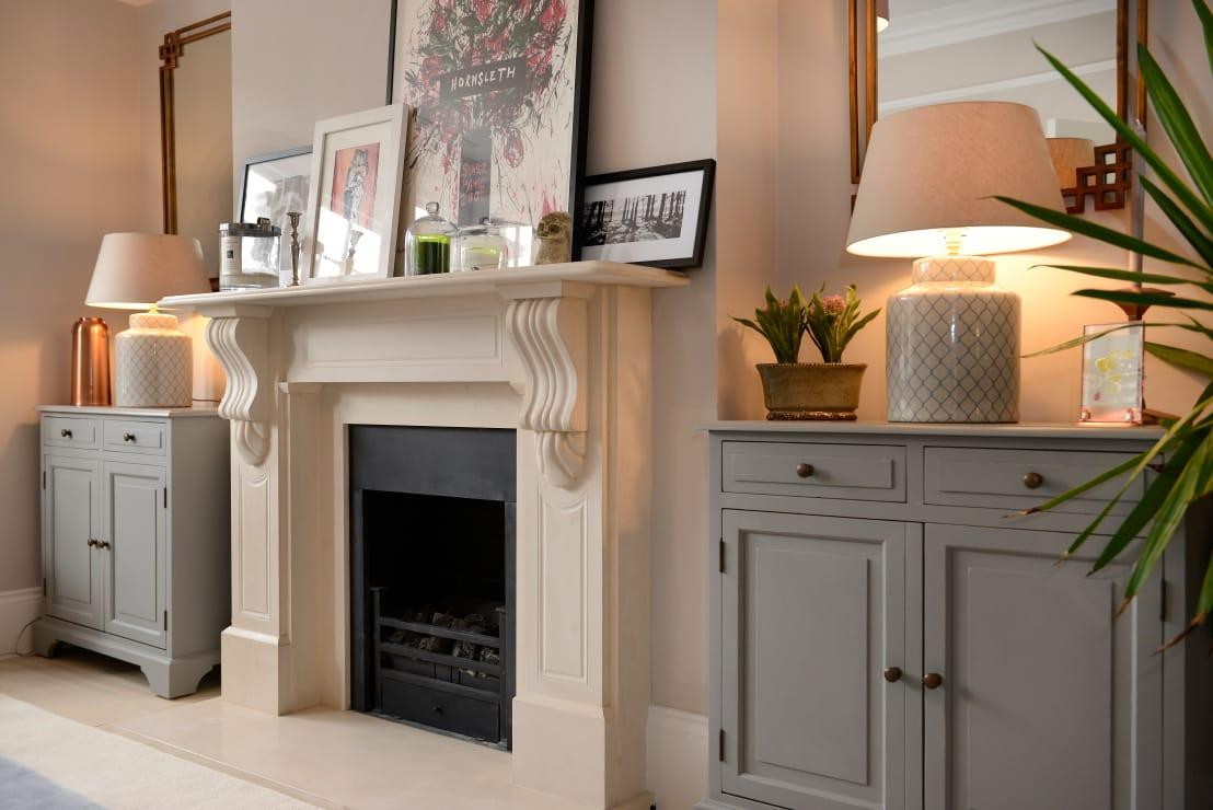 <p>A large and impressive fireplace surround, complete with a semi-traditional mantle is such a great way to add some serious stature and grandeur into any room. We always like to see stone or wooden varieties and with some well-chosen accessories on top, the look is complete!</p>  Credits: homify / Ruth Noble Interiors