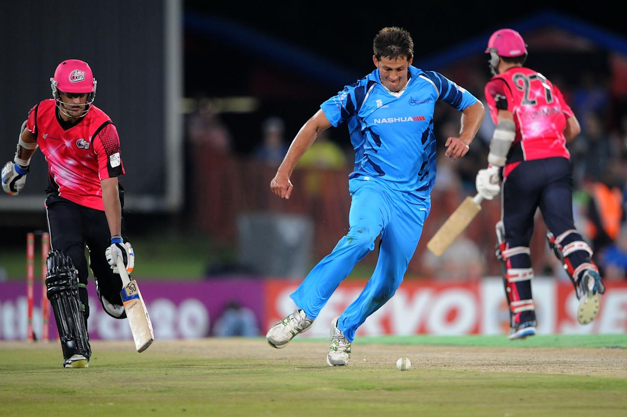 PRETORIA, SOUTH AFRICA - OCTOBER 26: (SOUTH AFRICA OUT) CJ Villiers trys of Nashua Titans to run out Mitchell Starc of Sydney Sixers during the Karbonn Smart CLT20 Semi Final match between Nashua Titans and Sydney Sixers at SuperSport Park on October 26, 2012 in Pretoria, South Africa. (Photo by Lee Warren/Gallo Images/Getty Images)