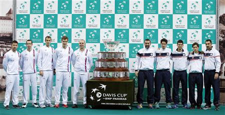 Members of the Czech Republic and Serbian tennis teams pose with the Davis Cup trophy after the official draw at Belgrade Arena in Belgrade November 14, 2013. REUTERS/Marko Djurica