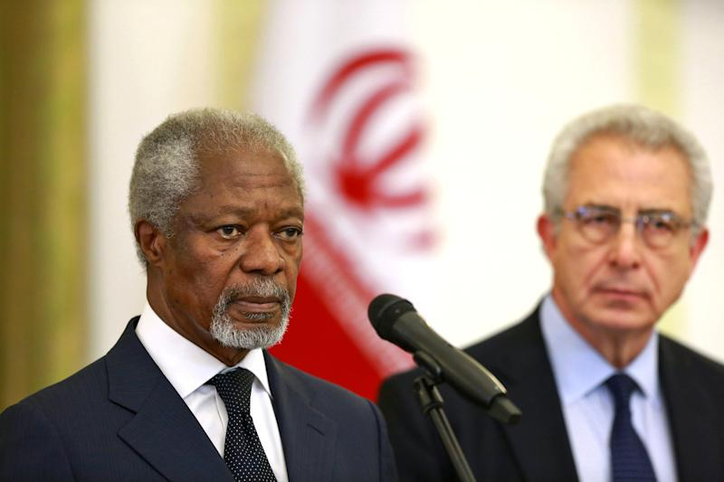 """Kofi Annan, former U.N. secretary general, left, reads a statement at the conclusion of his meeting with Iran's Foreign Minister Mohammad Javad Zarif in Tehran, Iran, Monday, Jan. 27, 2014, as Ernesto Zedillo, Mexico's ex-president, right, listens. The former head of the United Nations urged Iran Monday to build on a historic deal reached with world powers in November and work toward a final settlement over its contested nuclear program. Annan, who is heading a group of ex-world leaders known as """"The Elders,"""" made the comments after a meeting with Iran's Foreign Minister Mohammad Javad Zarif Monday. (AP Photo/Ebrahim Noroozi)"""