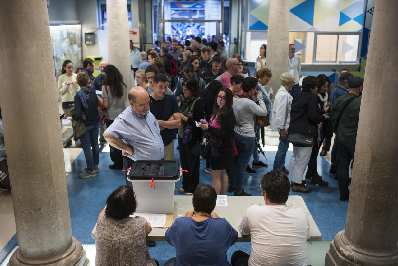 <p>Voters in from Escola Pía, Sant Antoni, line up to vote on the Catalan referendum on October 1, 2017. (Photograph by Jose Colon/ MeMo for Yahoo News) </p>