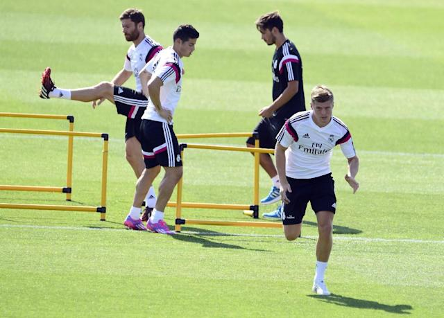 Real Madrid's new German midifielder Toni Kroos (R), Colombian forward James Rodriguez (C) and midfielder Xabi Alonso (L) take part in a training session at the Valdebebas training ground in Madrid on August 5, 2014 (AFP Photo/Gerard Julien)
