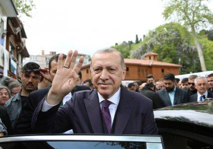 Turkish President Tayyip Erdogan greets his supporters as he leaves from a mosque after the Friday prayers in Istanbul, Turkey April 20, 2018. Murat Kula/Presidential Palace/Handout via REUTERS
