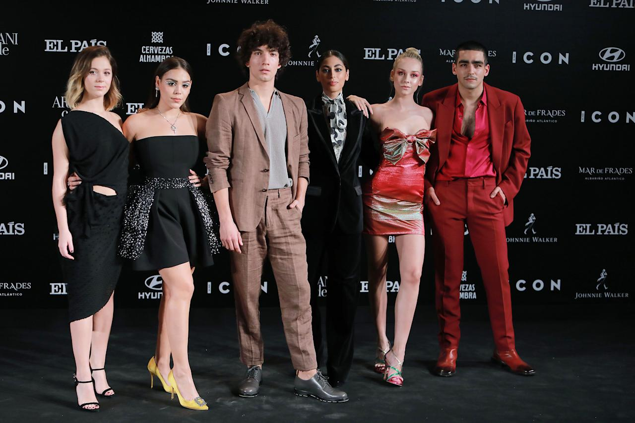 De izquierda a derecha, Georgina Amorós, Danna Paola, Jorge López, Mina El Hammani, Ester Expósito y Omar Ayuso. Ellos forman parte del reparto de 'Élite', la serie de Netflix que recibió el premio ICON de Televisión. (Foto: Europa Press Entertainment / Getty Images)