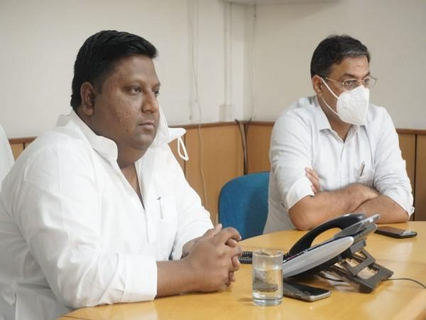 Delhi Food and Supplies Minister Imran Hussain (left) held a review meeting on retail prices of essential commodities in the national capital. [Photo/ANI]