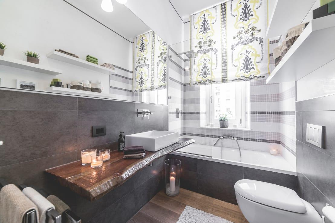 """<p>You don't need to be a part of<a rel=""""nofollow"""" href=""""https://www.homify.co.uk/professionals/windows"""">a team of window fitters</a> to know how important enough glazing is in a bathroom! A good flow of natural light will really keep the space looking fresh and feeling well ventilated, plus, if your bathroom is small, a lot of light will create the illusion of a larger area.</p>  Credits: homify / MODO Architettura"""