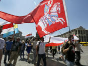 Ukrainian activists, some of them wearing face masks in Belarus' national colors to protect against coronavirus, wave Ukrainian and Belarusian flags at a rally in support of Belarus' opposition in the Independence Square in Kyiv, Ukraine, Sunday, June 28, 2020. The Ukrainian activists demanded Belarusian authorities to stop political repression in their country. (AP Photo/Efrem Lukatsky)