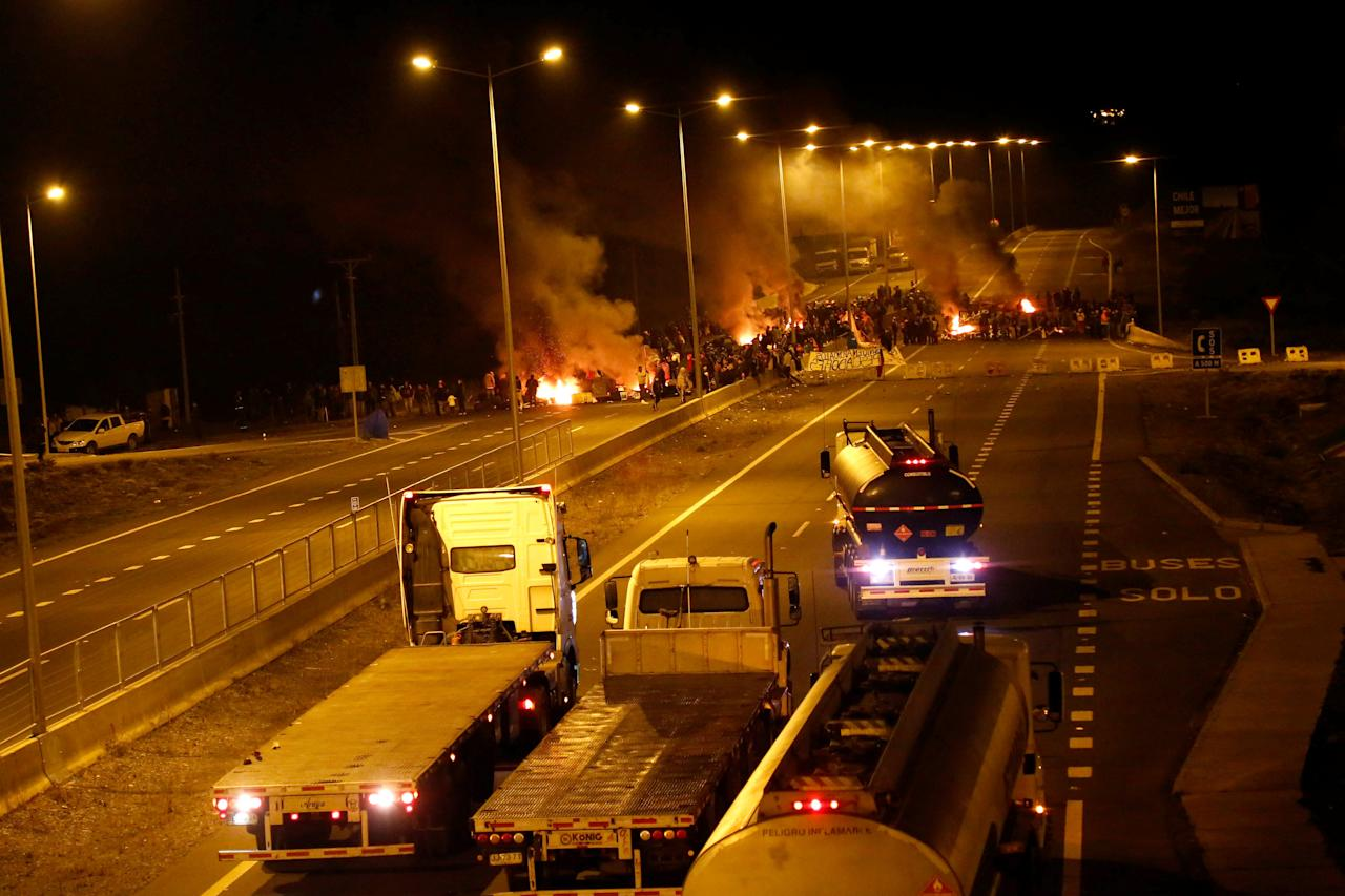 Fishermen protesters block a road with barricades at Pargua near Puerto Montt in Chile, May 4, 2016.  REUTERS/Pablo Sanhueza EDITORIAL USE ONLY. NO RESALES. NO ARCHIVE