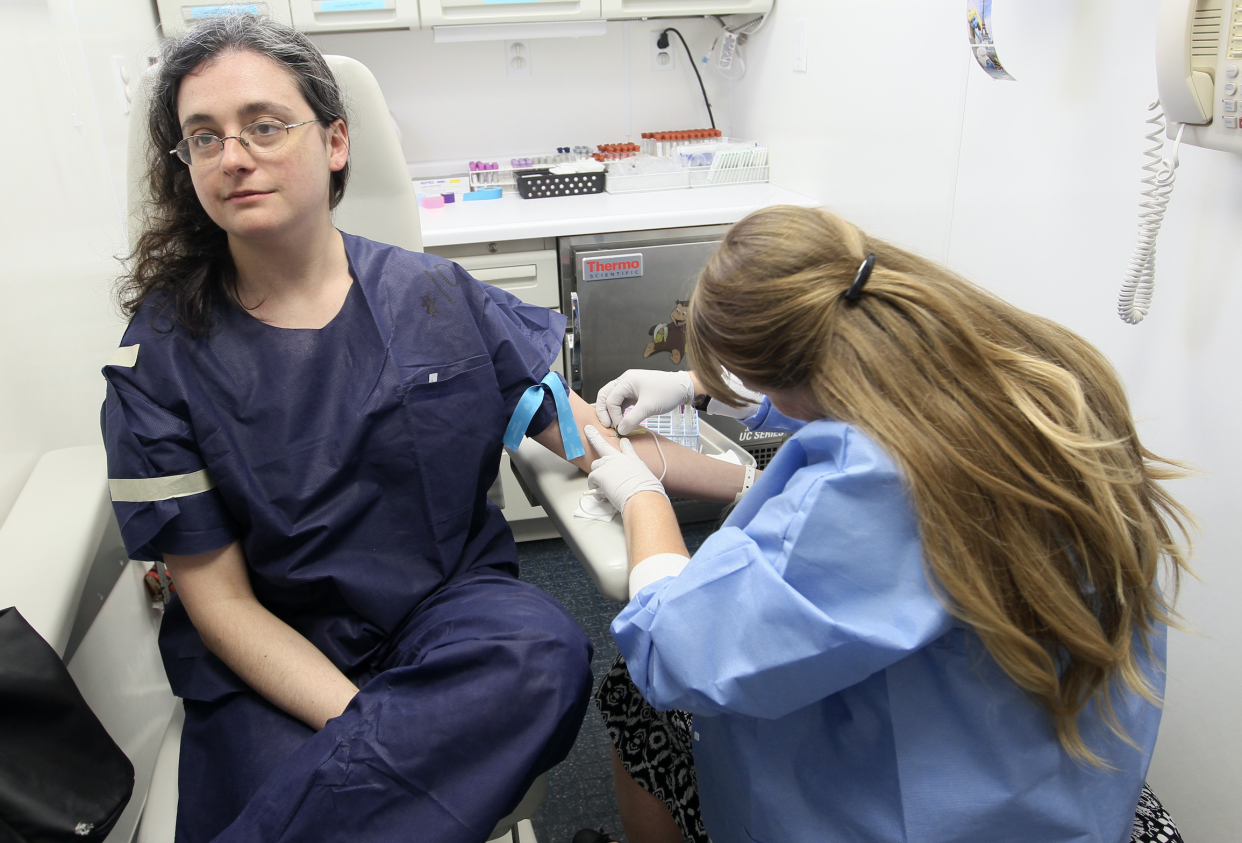A woman gets blood drawn by a phlebotomist in Boston, 2015. (Photo: Joanne Rathe/The Boston Globe via Getty Images)