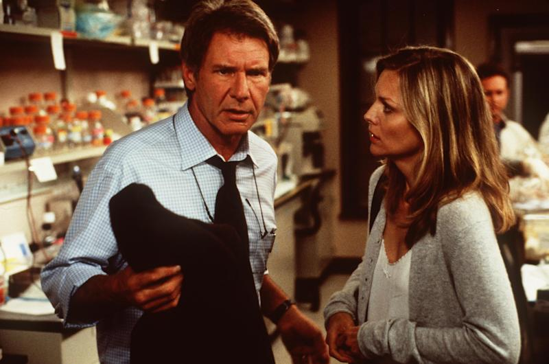 """368218 Norman(Harrison Ford)And Clair Spencer(Michelle Pfeiffer) Try To Learn The Origin Of Mysterious Events That Have Threatened Their Idylic Life In Dream Works Pictures' And Twentieth Century Fox's Thriller """"What Lies Beneath"""" Directed By Robert Zemeckis. (Photo By Getty Images)"""