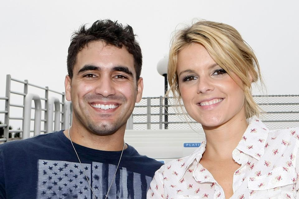 """<h1 class=""""title"""">Ali Fedotowsky and Roberto Martinez Visit Sea World</h1><cite class=""""credit"""">Jerod Harris/AF/Getty Images</cite>"""