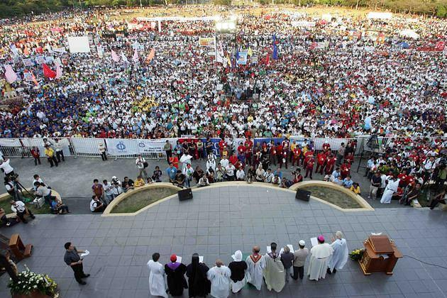 Filipino Catholic devotees converge at the Quirino Grandstand of Manila's Rizal Park on 25 March 2011 to attend a rally called by Catholic bishops to oppose the controversial reproductive health (RH) bill.