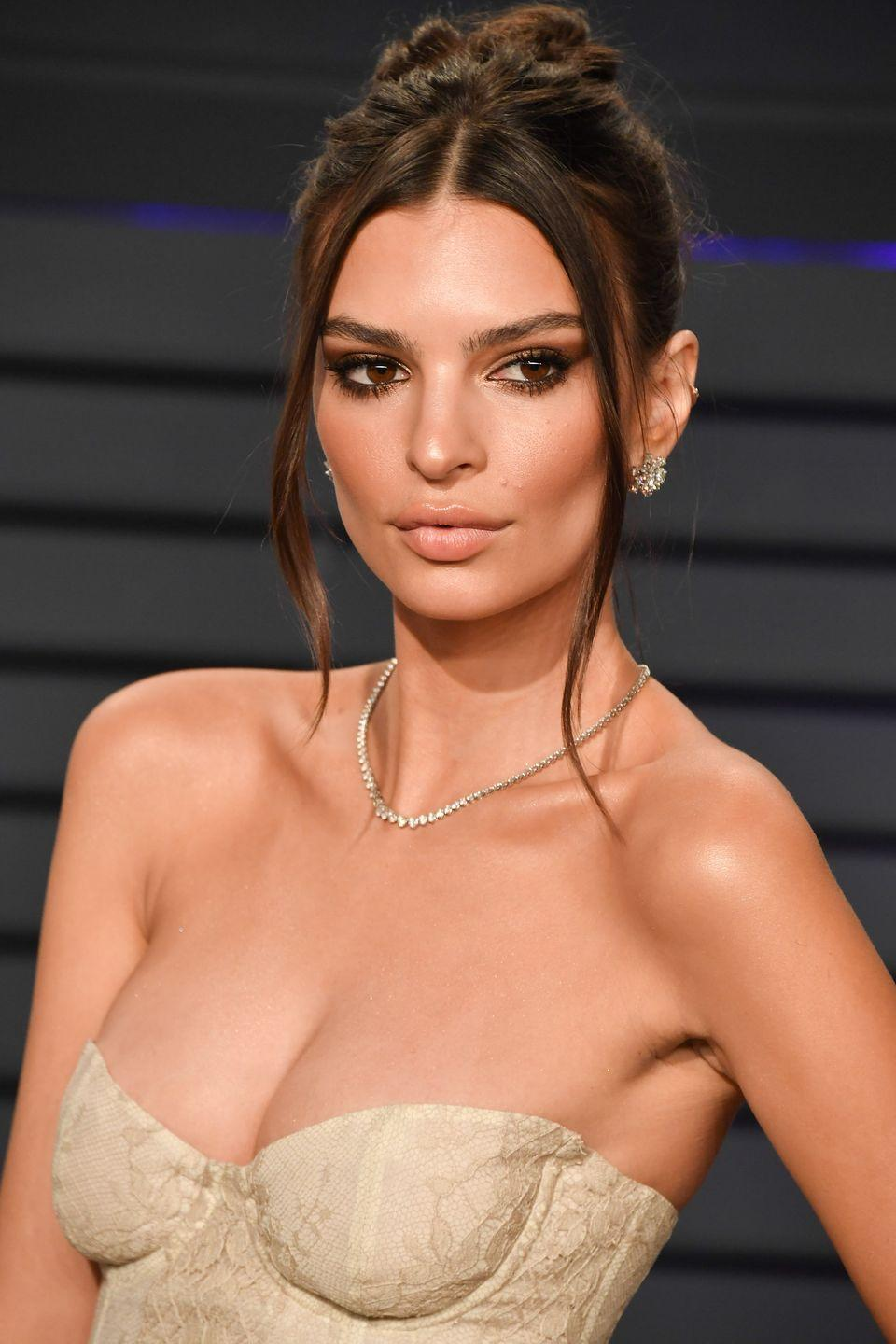 "<p><strong>Correction pronunciation: </strong>Em-uh-lee Rat-uh-cow-ski </p><p><strong>Tip: </strong>The ""j"" in Ratajkowski is silent and ""kow"" is pronounced like ""cow.""</p>"