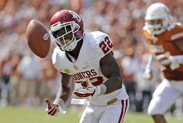 Oklahoma running back Roy Finch (22) bobbles a short pass during the first half of an NCAA college football game against Texas at the Cotton Bowl Saturday, Oct. 12, 2013, in Dallas. The pass fell incomplete. (AP Photo/Brandon Wade)
