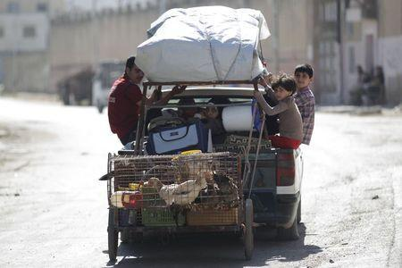 Civilians flee the northwestern city of Ariha, after a coalition of insurgent groups seized the area in Idlib province May 29, 2015. REUTERS/Khalil Ashawi