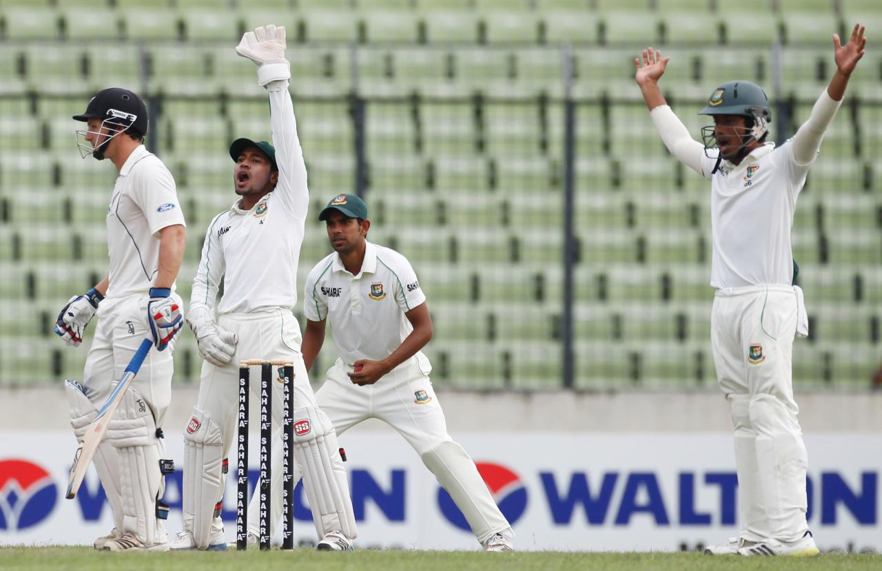 Bangladesh's captain and wicket keeper Mushfiqur Rahim (2nd L) and other fielders appeal the dismissal of New Zealand's BJ Watling (L) unsuccessfully, during their third day of second test cricket match of the series in Dhaka October 23, 2013. REUTERS/Andrew Biraj (BANGLADESH - Tags: SPORT CRICKET)