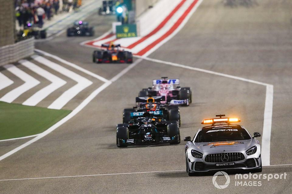 "Safety car Lewis Hamilton, Mercedes F1 W11 y Max Verstappen, Red Bull Racing RB16 y Sergio Pérez, Racing Point RP20<span class=""copyright"">Zak Mauger / Motorsport Images</span>"