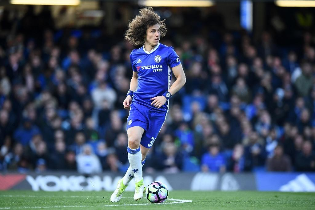 Chelsea's defender David Luiz runs with the ball during the English Premier League football match against Southampton April 25, 2017 (AFP Photo/Justin TALLIS)