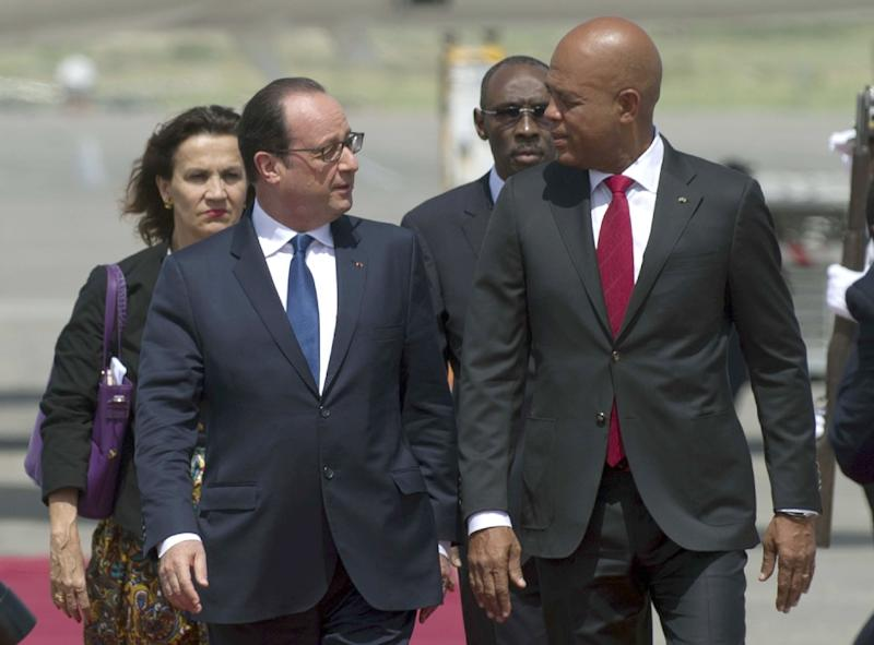 French President Francois Hollande is received by the President of Haiti, Michel Martelly in Port-au-Prince on May 12, 2015 (AFP Photo/Hector Retamal)