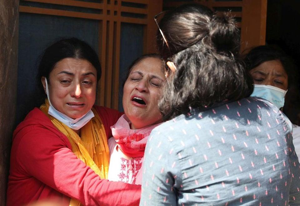 Family mourn the of Makhan Lal Bindroo, during his cremation in Srinagar (EPA)