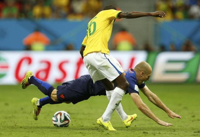 Brazil's Ramires fights for the ball with Arjen Robben of the Netherlands during their 2014 World Cup third-place playoff at the Brasilia national stadium in Brasilia July 12, 2014. REUTERS/Ueslei Marcelino (BRAZIL - Tags: SOCCER SPORT WORLD CUP)
