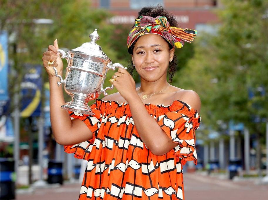<p>Naomi Osaka de Japón posa con el trofeo del US Open la mañana después de ganar la final femenina individual el día catorce del US Open 2020 en el USTA Billie Jean King National Tennis Center el 13 de septiembre de 2020 en el barrio de Queens de la ciudad de Nueva York. </p> (Foto de Matthew Stockman / Getty Images)