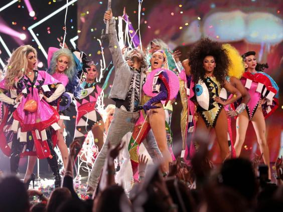 Wayne Coyne and host Miley Cyrus perform onstage during the 2015 MTV Video Music Awards (Getty)