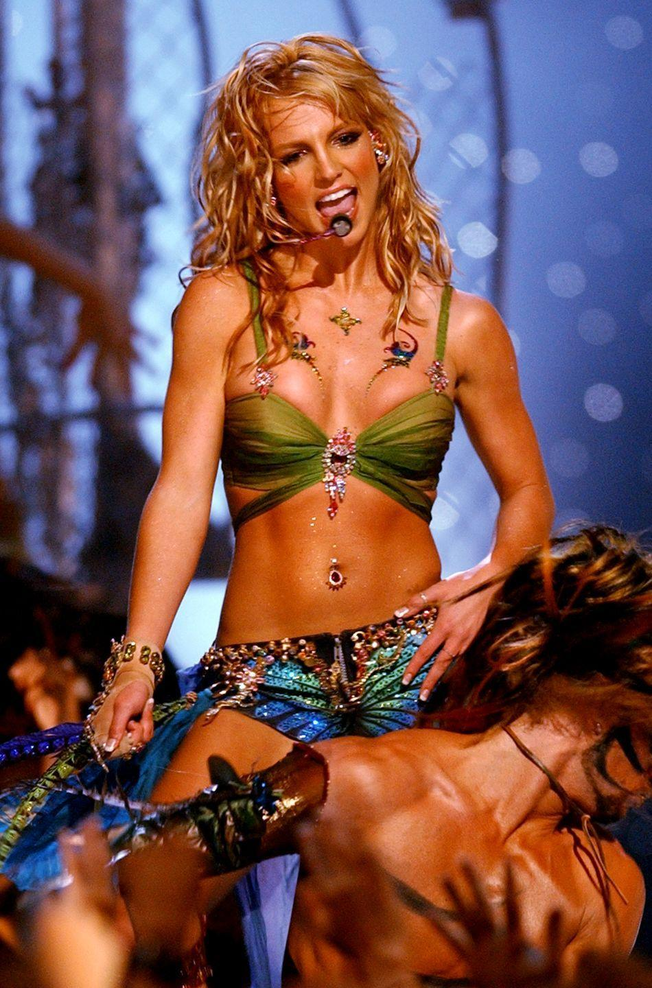 <p>When dancing with a snake at the MTV Music Video Awards, always opt for long beach waves. </p>
