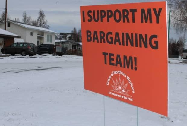 A lawn sign from 2018 showing support for the Union of Northern Workers. The last round of negotiations between the government and the union lasted years and a strike was only narrowly avoided. (Michael Hugall/CBC  - image credit)