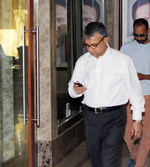 Sanjay Dutt's lawyer walks Satish Manshine walks out of the Dutt residence