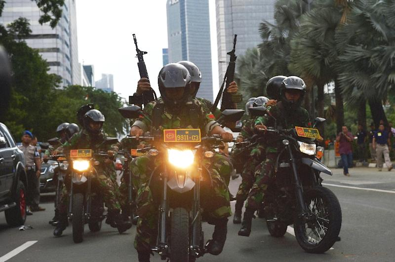 Armed Indonesian soldiers patrol the area near a series of bombings and gun attacks in the capital, Jakarta, on January 14, 2016 (AFP Photo/)