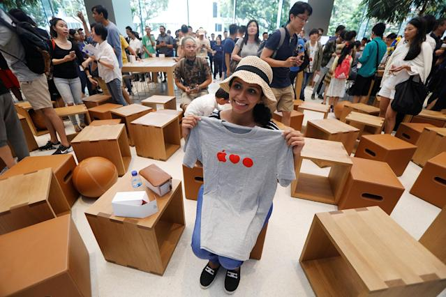 <p>A visitor poses with a souvenir t-shirt given away at the city-state's first Apple Store on its opening day at Orchard Road, Singapore May 27, 2017. (Photo: Edgar Su/Reuters) </p>