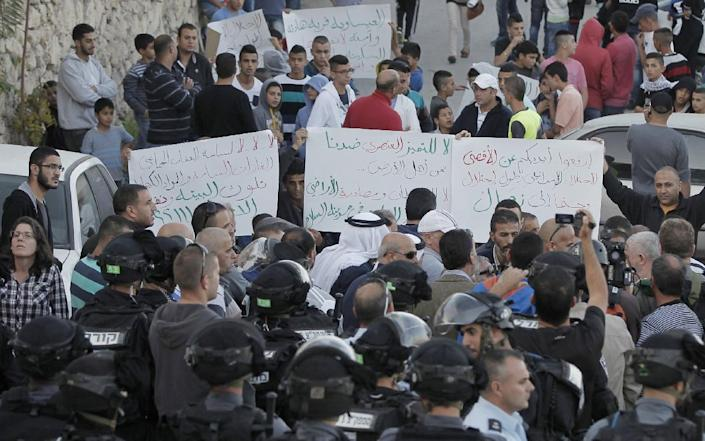 Palestinian protestors demonstrate against new concrete blockades put in place by Israeli security forces restricting access to the flashpoint Arab village of Issawiya in East Jerusalem, on November 12, 2014 (AFP Photo/Ahmad Gharabli)