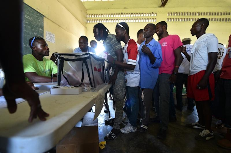 Haitians line up to vote at a polling station during the Legislative Elections in Port-au-Prince, on August 9, 2015 (AFP Photo/Hector Retamal)
